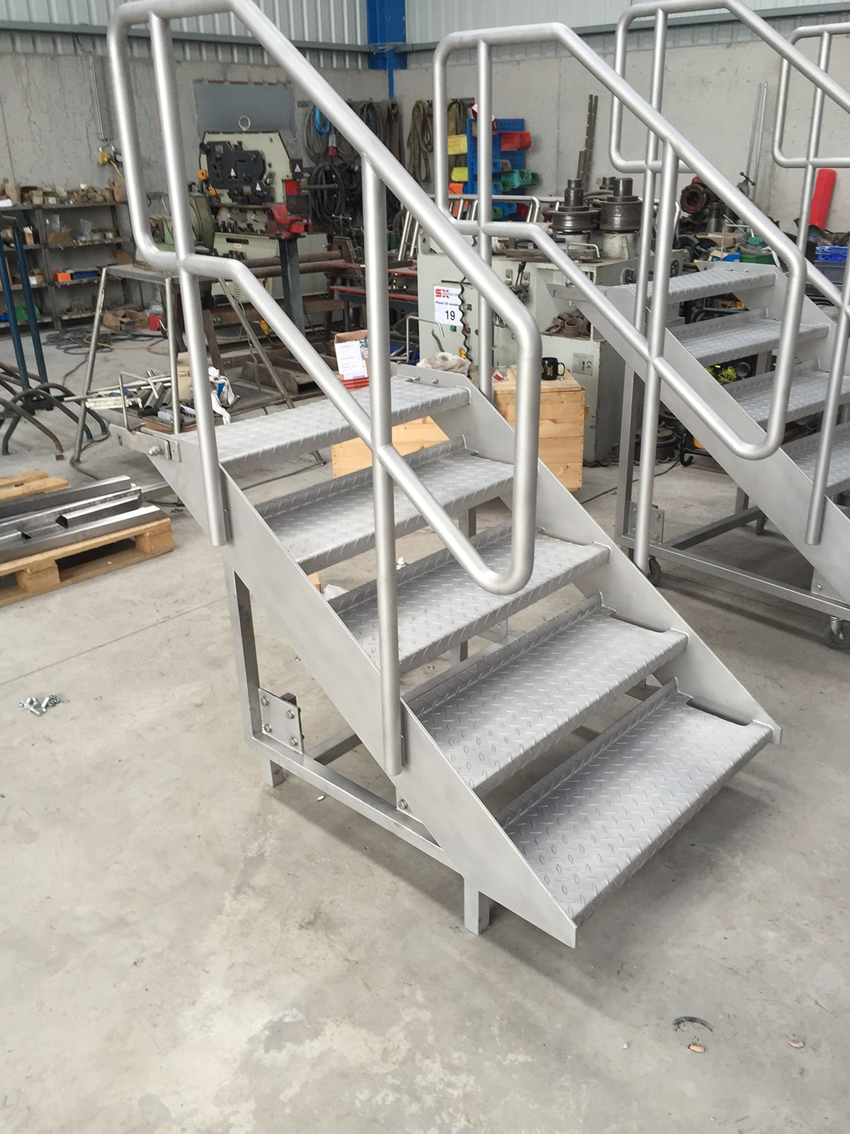 Access Platforms - SX Engineering - 3 spring pre loaded moveable steps